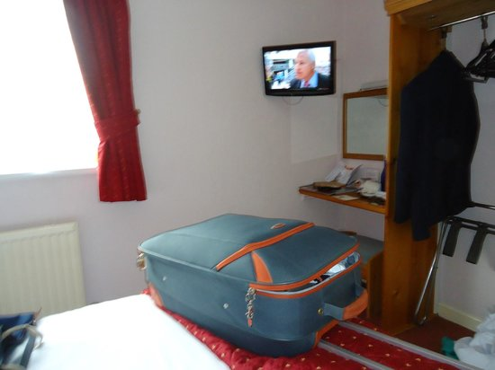 Royal Sportsman Hotel: Tiny TV and having to put case on the bed to open it.