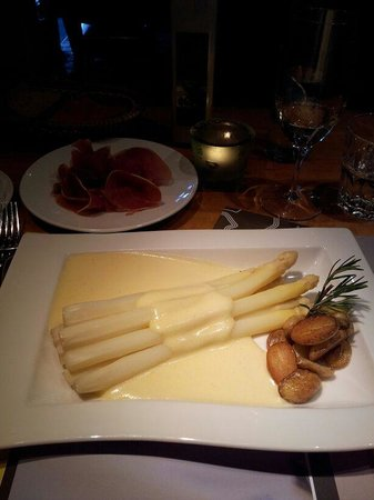 Hotel Restaurant Ochsen: excellent white asparagus with prosciutto crudo and sauce hollandaise...a pure delight!