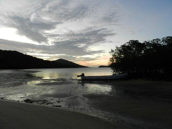 Navutu Stars Fiji Hotel & Resort: SUNSET LOW TIDE NAVUTU STARS
