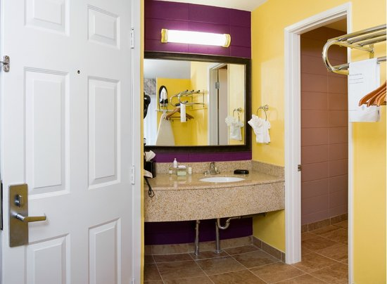 Red Lion Inn & Suites Walla Walla: Renovated Bathroom