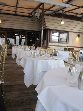 Chart House : Waiters could not fit between tables