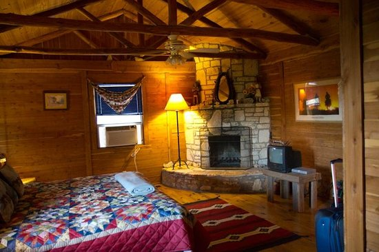 Southwind Bed and Breakfast: Mariah cabin - bedroom with fireplace