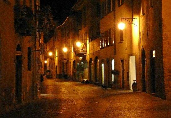 Rebelot: Ambiance de nuit à Chiavenna.