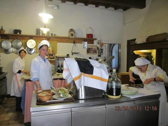 Montefioralle, อิตาลี: Lunchtime in the kitchen