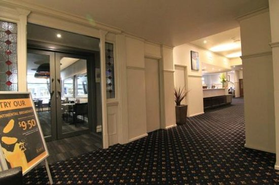 Comfort Inn Wentworth Plaza: Reception and dining entrance from lifts
