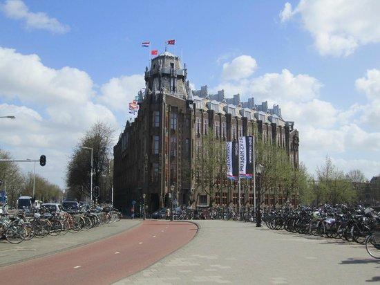 Grand Hotel Amrâth Amsterdam: View of hotel approaching from Centraal Station