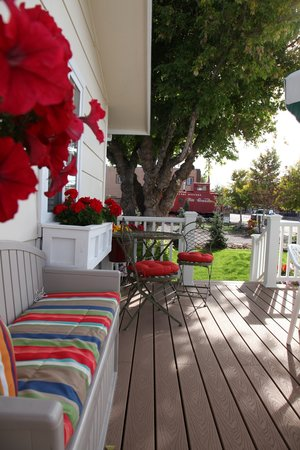 Cliff's Edge Inn: Front Deck