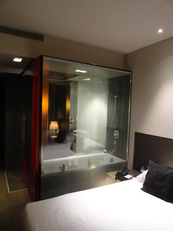 Soho Hotel: transparent wall in the dathroom
