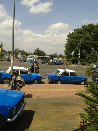 Green Valley Hotel : View of Taxis from Cafe. What a lovely morning.