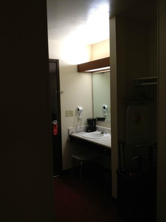 Super 8 Eau Claire WI: Bathroom vanity