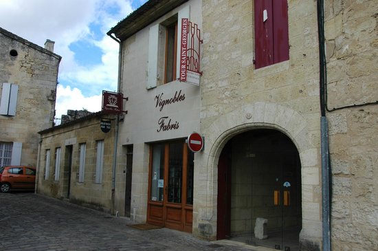Vignobles Fabris : Entrance of the B&B is to the left of the wine shop
