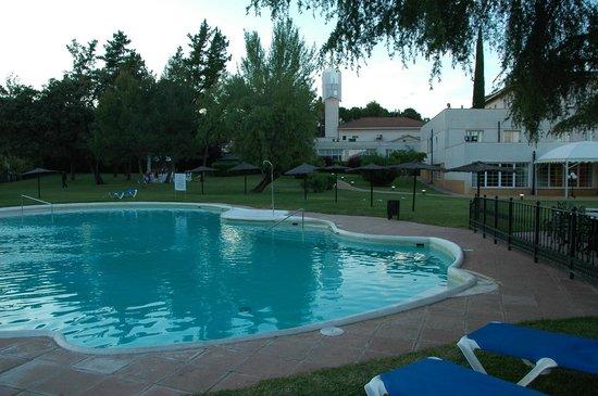 Ayre Hotel Cordoba: Jardin et piscine