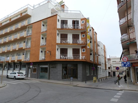 hotel from street picture of hotel merce pineda de mar