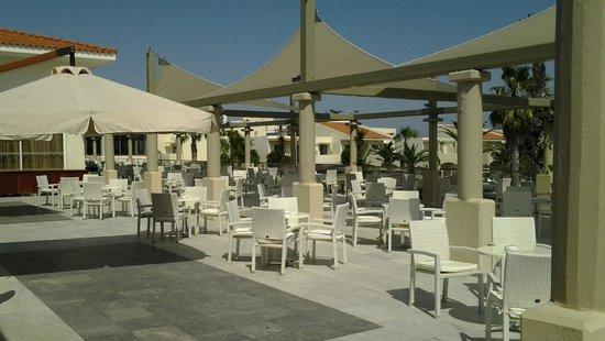 Kipriotis Village Resort: Terasse détente avec accès bar et vue sur piscine enfants