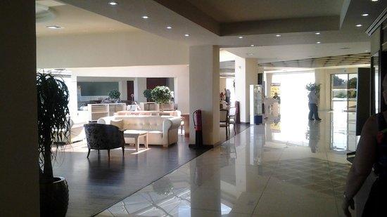 Kipriotis Village Resort: Espace repos juste après la réception