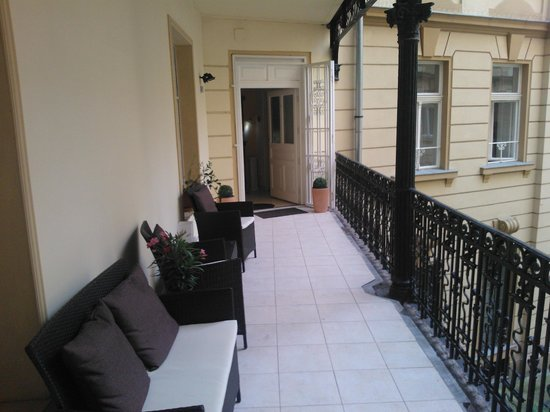 Danube Guest House: Entrance to guest rooms via courtyard balcony