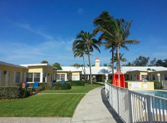 Delray Breakers on the Ocean: The grounds and pool - orange shower cavan
