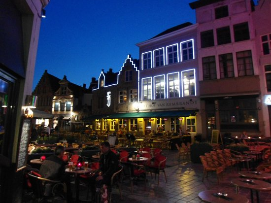 Hof van Rembrandt: Outside the restaurant at night