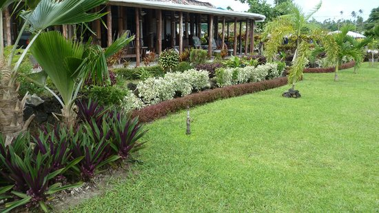 Le Valasi's Beach Fales : Entrance to Le Valasi's, lovely gardens and tropical flowers