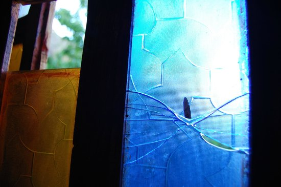 Dar Tighoula : smashed window in our room