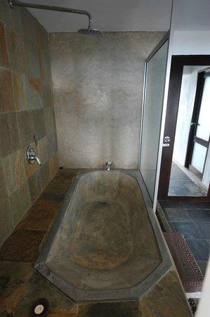 Theva Residency : Baignoire / douche beton (la porte visible est la porte d'entrée, à ma droite la salle d'eau)