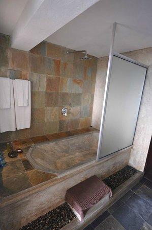 """Theva Residency : Baignoire / douche beton (chambre type """"Deluxe"""")"""