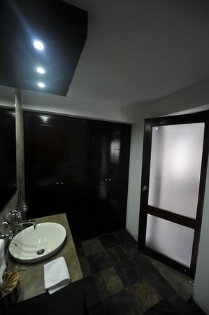 "Theva Residency : La salle d'eau / toilette (chambre type ""Deluxe"")"