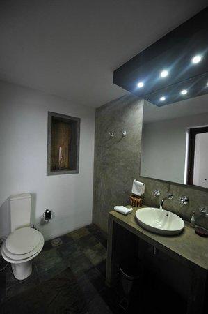 """Theva Residency : La salle d'eau / toilette (avec le fameux petit store) (chambre type """"Deluxe"""")"""