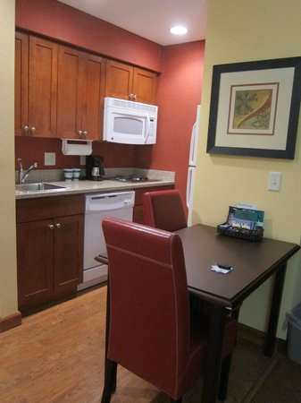 Homewood Suites by Hilton Reno: Kitchenette in One Bedroom King Suite