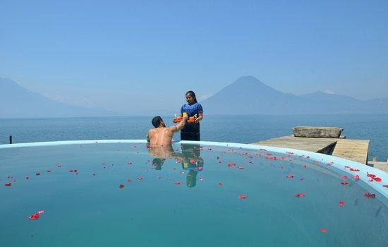 Laguna Lodge Eco-Resort & Nature Reserve: Relaxing at the Laguna Lodge pool