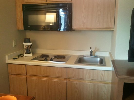 AmericInn Hotel & Suites Duluth South — Black Woods Convention Center : Kitchenette