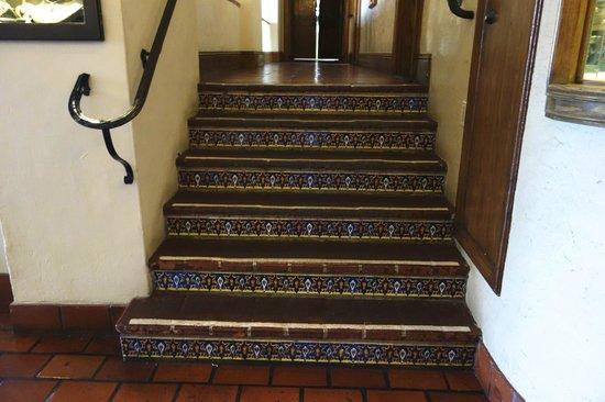 La Valencia Hotel: Tile stairs