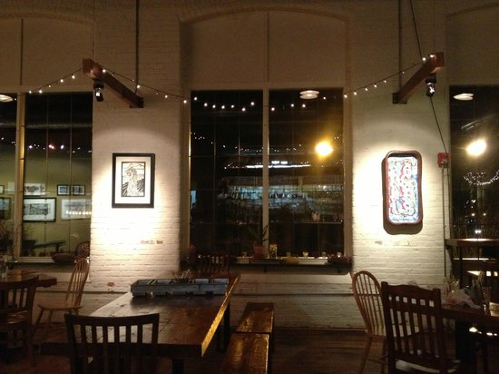 Frontier Cafe: Table seating that overlooks the river and the bridge between Brunswick and Topsham