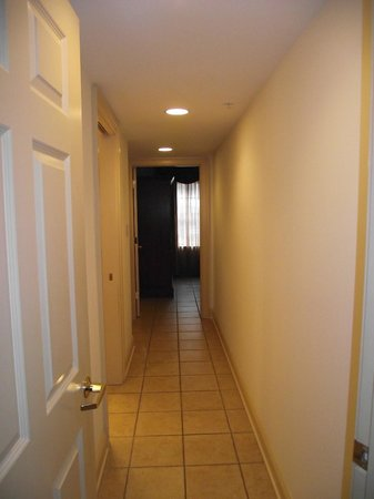 Westgate Historic Williamsburg Resort: Long hallway off kitchen and family room area (door can be closed)