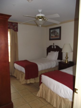 Westgate Historic Williamsburg Resort: Second bedroom (twin beds/Armoire with tv)