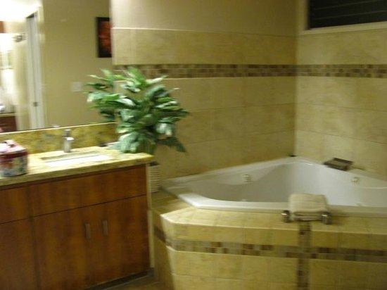 Kanaloa at Kona: master bedroom bath