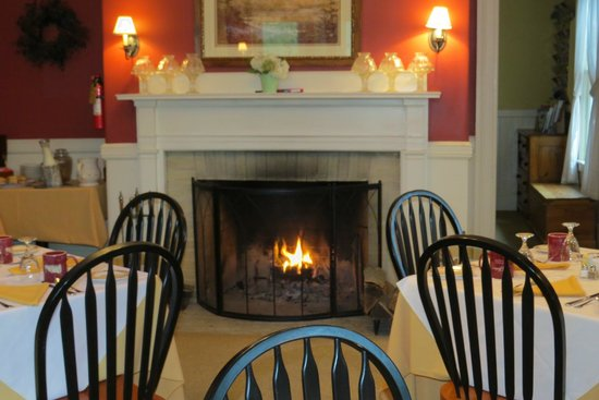 Inn at Jackson: Cozy fireplace at breakfast