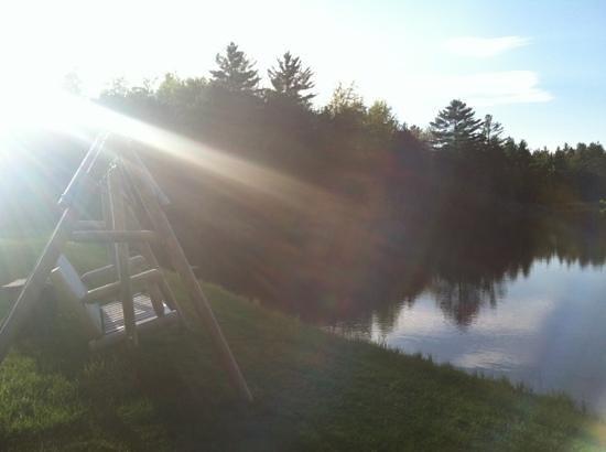Sterling Ridge Resort: swing by pond