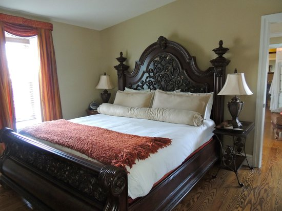 Inn BoonsBoro: Beautiful Bed