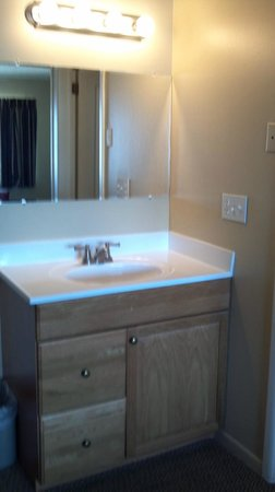Sand Pebble Motor Lodge: plain sink..no blowdryer or extras