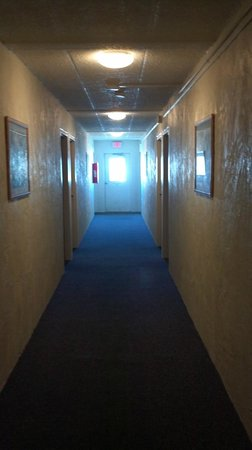 Sand Pebble Motor Lodge: dank hallway..smelled like cigarettes