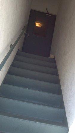 Sand Pebble Motor Lodge : dank steps up to second floor