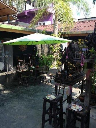 Lek House: terrasse exterieur (resto/bar)
