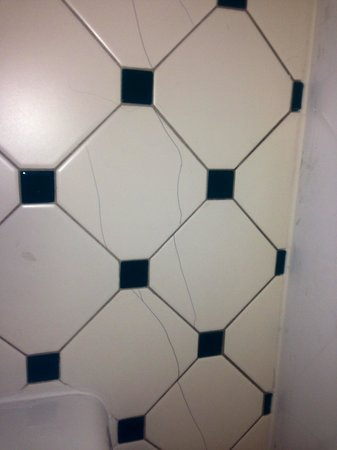 La Quinta Inn Stockton : Cracked bathroom tile