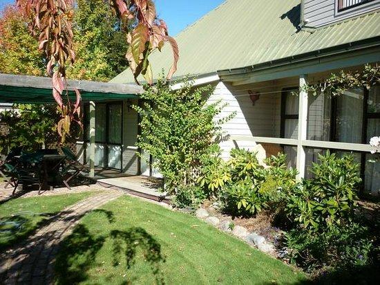 Aoraki Lodge: Front gardens