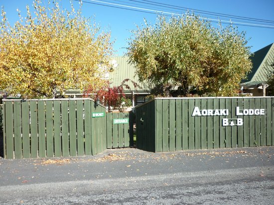 Aoraki Lodge: Front gate