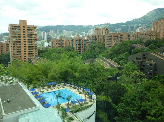 Hotel San Fernando Plaza Medellin: Vista desde la habitación: piscina y ciudad