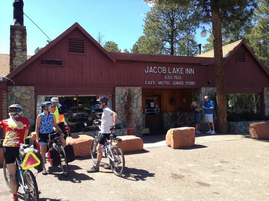 Jacob Lake Inn: Bikers stopped by on their way south from Zion