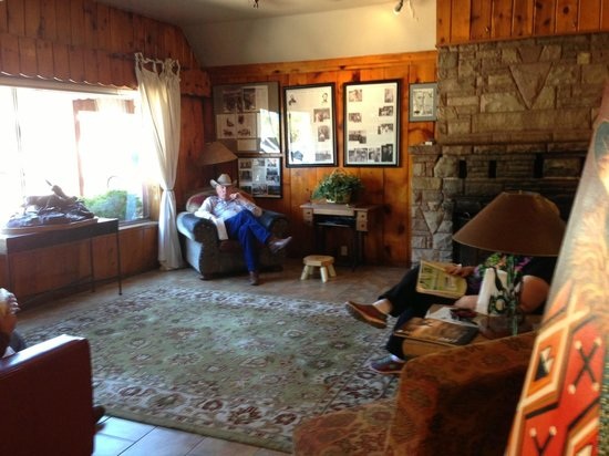 Jacob Lake Inn: It's old and it's small but a comfortable lobby