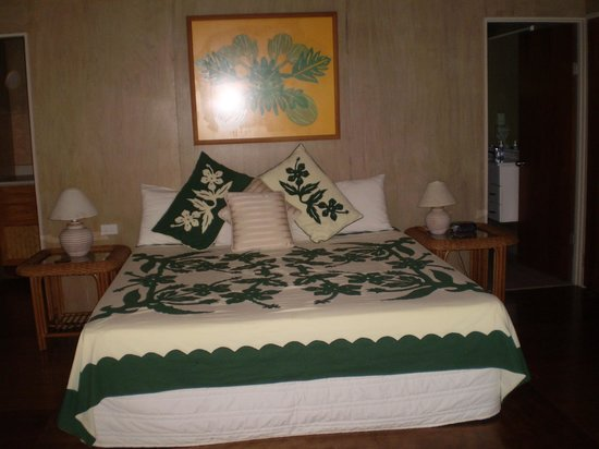 Muri Beach Hideaway: Lotus Bungalow King sized bed
